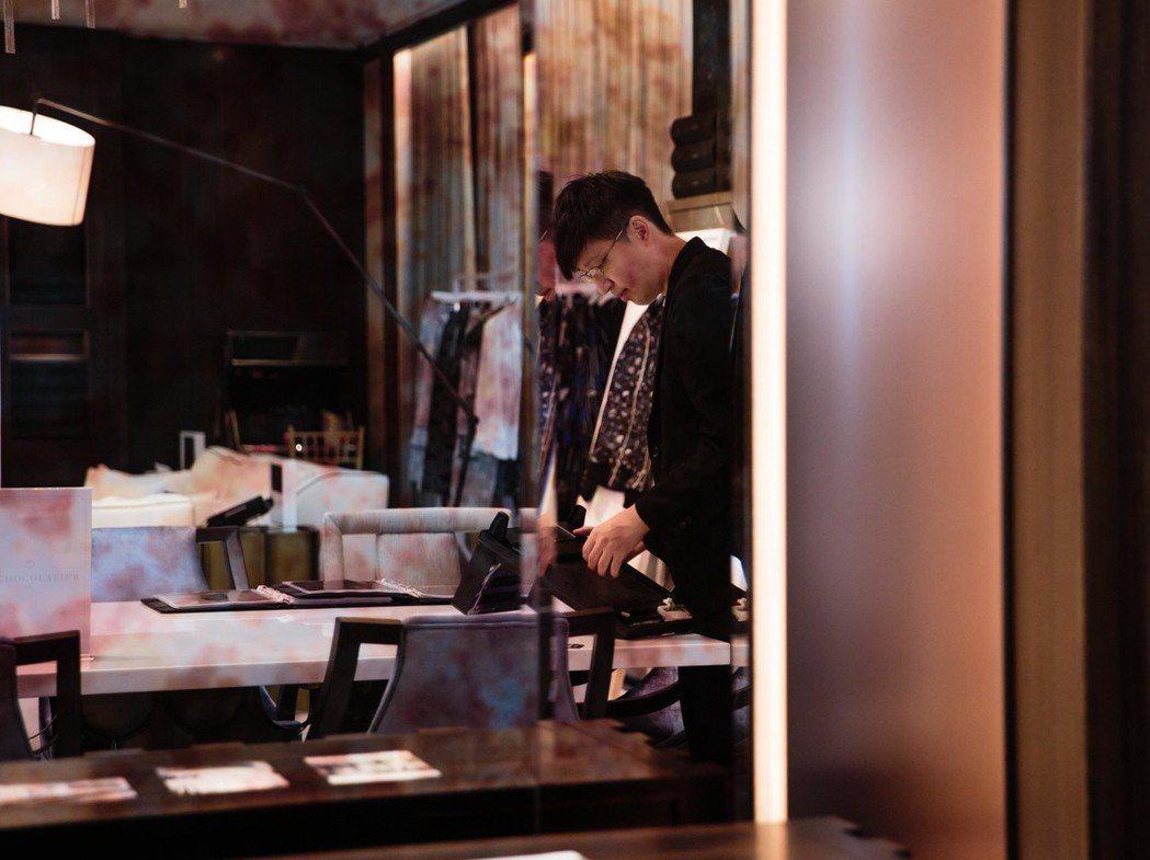 詹朴因為著迷紗線編織成的美妙世界而投身時裝領域,輔大織品系畢業之後,選擇前往倫敦...