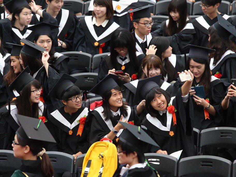 畢業生在畢業典禮與友人的開心合影,也上傳社群平台與他者分享。 圖/聯合報系資...