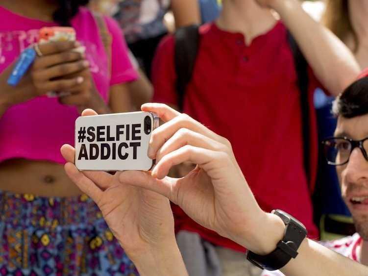 「自拍照」對當今社群媒體的主流互動模式有巨大影響。 圖/路透社