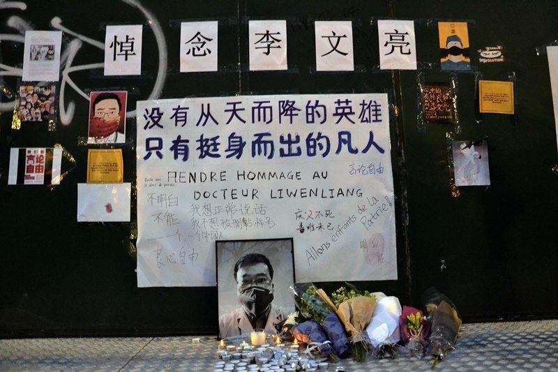 被視為疫情「吹哨人」的武漢市中心醫院眼科醫師李文亮,2月初因感染武漢肺炎去世。圖為旅法中國學生與僑民在巴黎巴士底廣場追思李文亮。