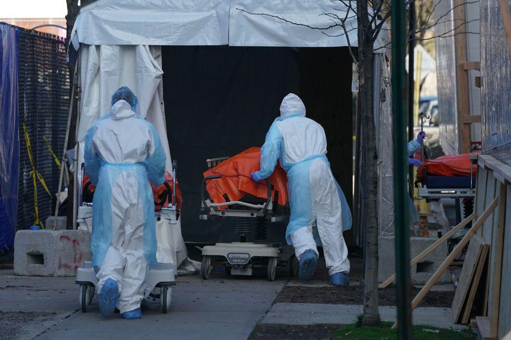 美國紐約市是新冠肺炎重災區,在布魯克林區一座醫院外,遺體被送往充當臨時太平間的冷...
