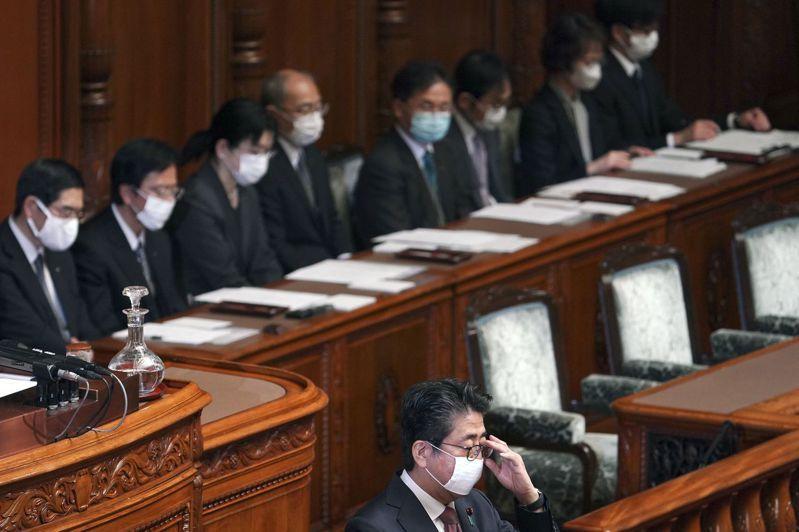 安倍和閣員3日在參議院院會上都戴起了口罩。美聯社