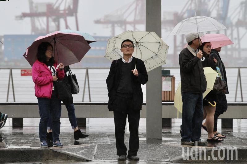 中央氣象局說,今天依舊受東北季風及華南雲雨區雙重影響,海峽上水氣移入,全台水氣偏多。本報資料照片