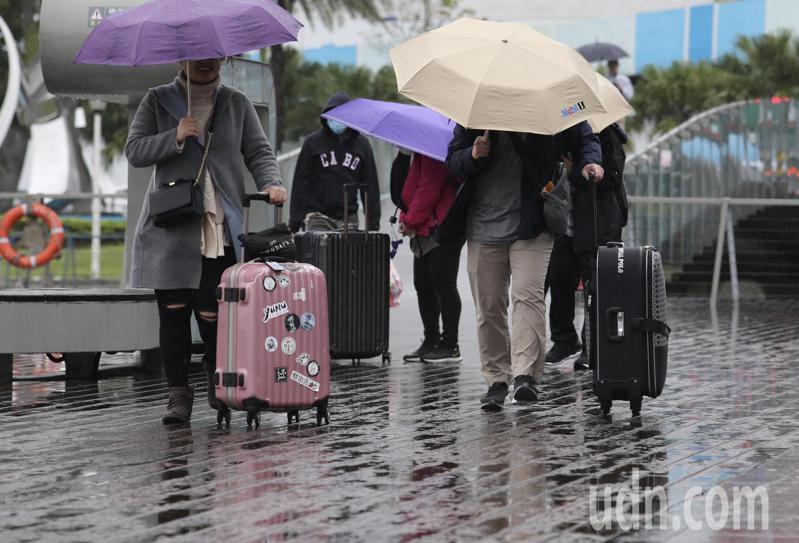今天依舊受東北季風及華南雲雨區雙重影響,海峽上水氣移入,全台水氣偏多。本報資料照片