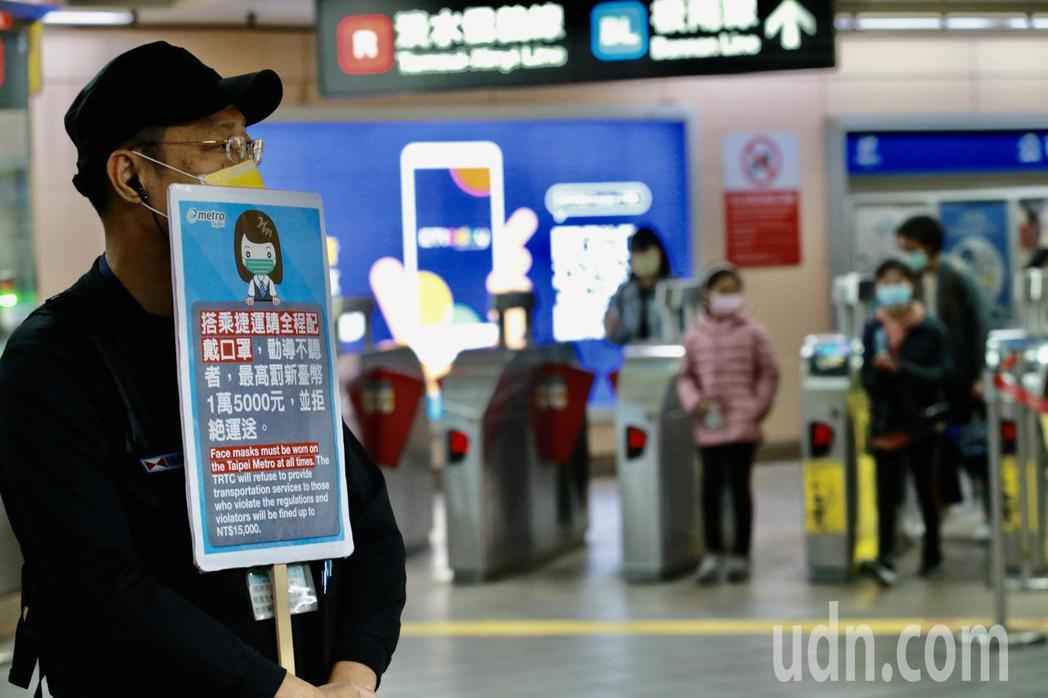 4月1日起搭乘捷運、公車、火車等大眾運輸工具必須配戴口罩,否則司機可以拒載,命令...