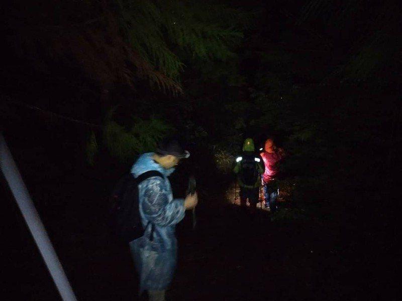 台中市消防局第二大隊昨天深夜上山救獨自登山男子。圖/台中市消防局提供
