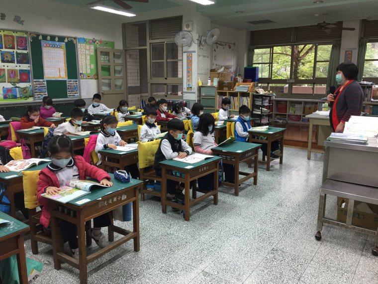 清明連假後學校擔心疫情更加嚴重,要求師生上課全部把口罩戴緊緊。記者戴永華/攝影
