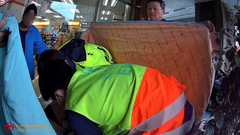台中市信義消防分隊昨天在南區復興路、學府路,替黃姓孕婦接生,讓女嬰順利誕世,警消用棉被充當緊急產房,維護黃女隱私。記者陳宏睿/翻攝