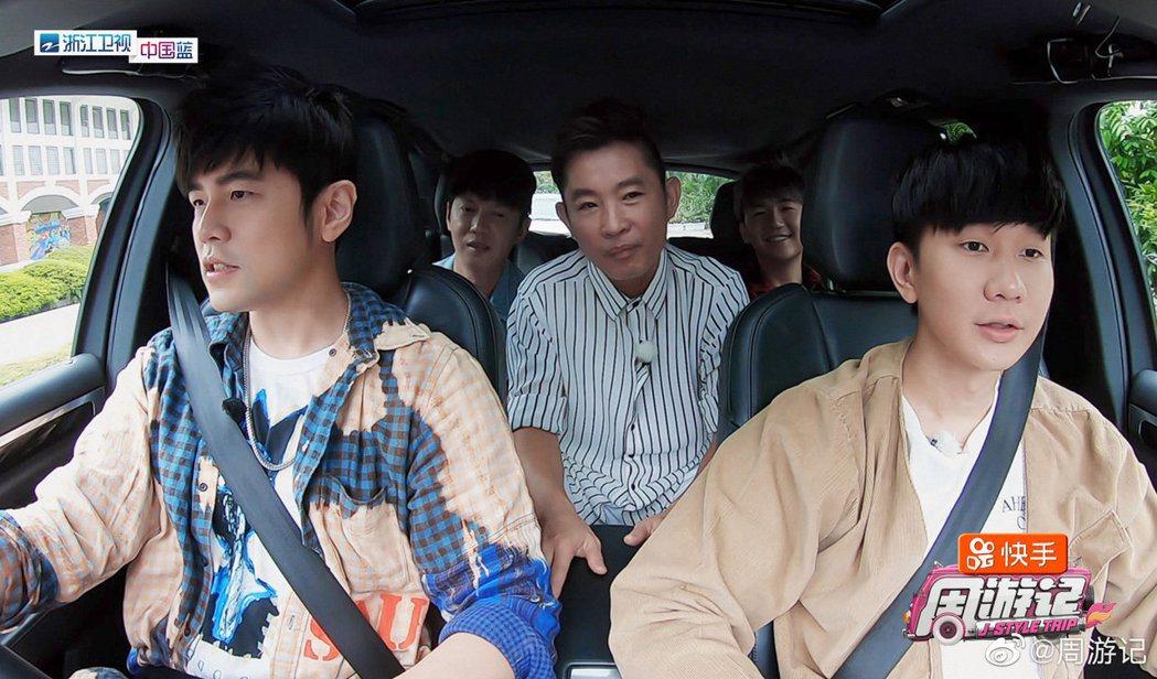 林俊傑(前排右)向周董(前排左)吐實藏了10多年的祕密。圖/摘自微博