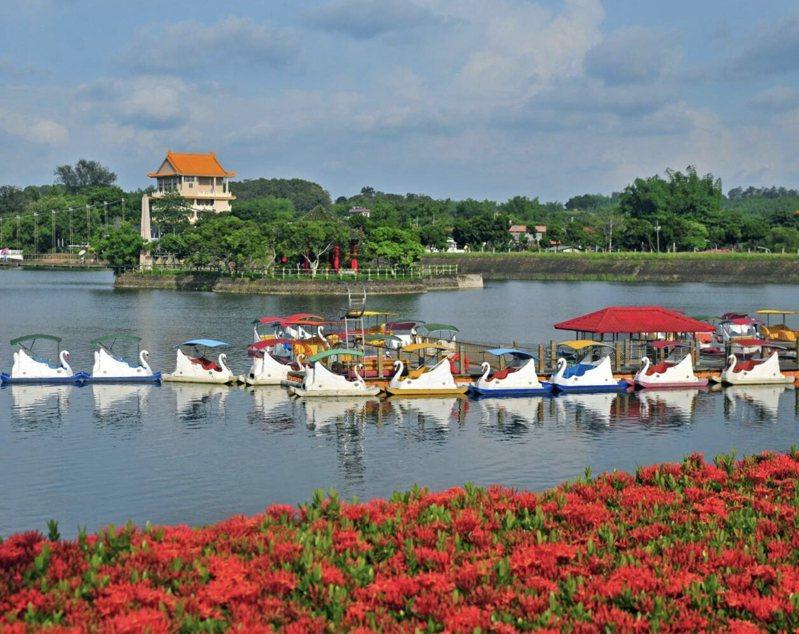 台南市虎頭埤風景區在清明連假中被列入防疫警示區。圖/虎頭埤風景區提供