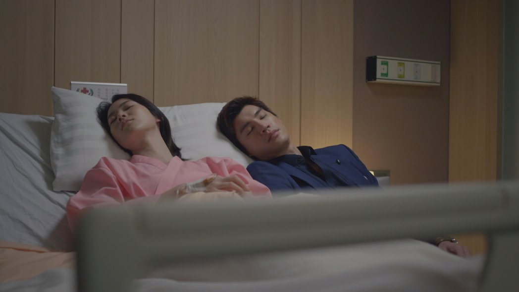 鍾瑶(左)與羅宏正劇中放閃。圖/台視提供