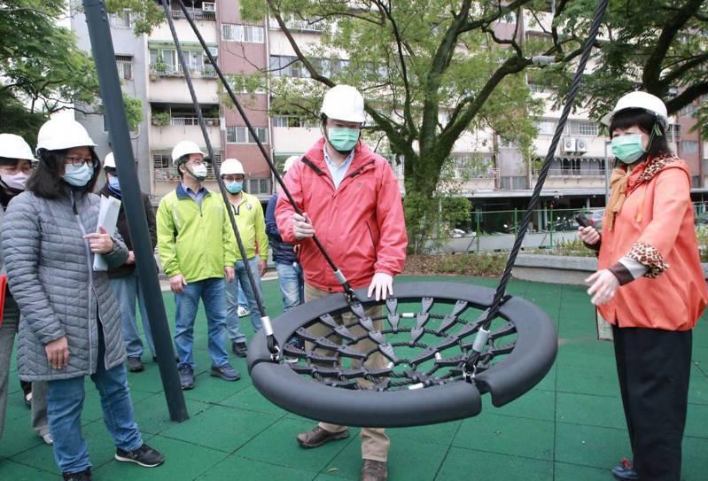 基隆市長林右昌(右二)今視察安樂3期社區公園環境改善工程,園內增設盪鞦韆等共融式遊具,工程最快在本月底完工。圖/基市府提供