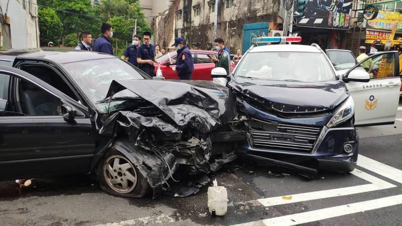 今天下午兩點,雲林斗六發生警匪追逐,雙方衝撞後,警方將歹徒的車攔下,並把歹徒壓制拖下車。記者李京昇/攝影