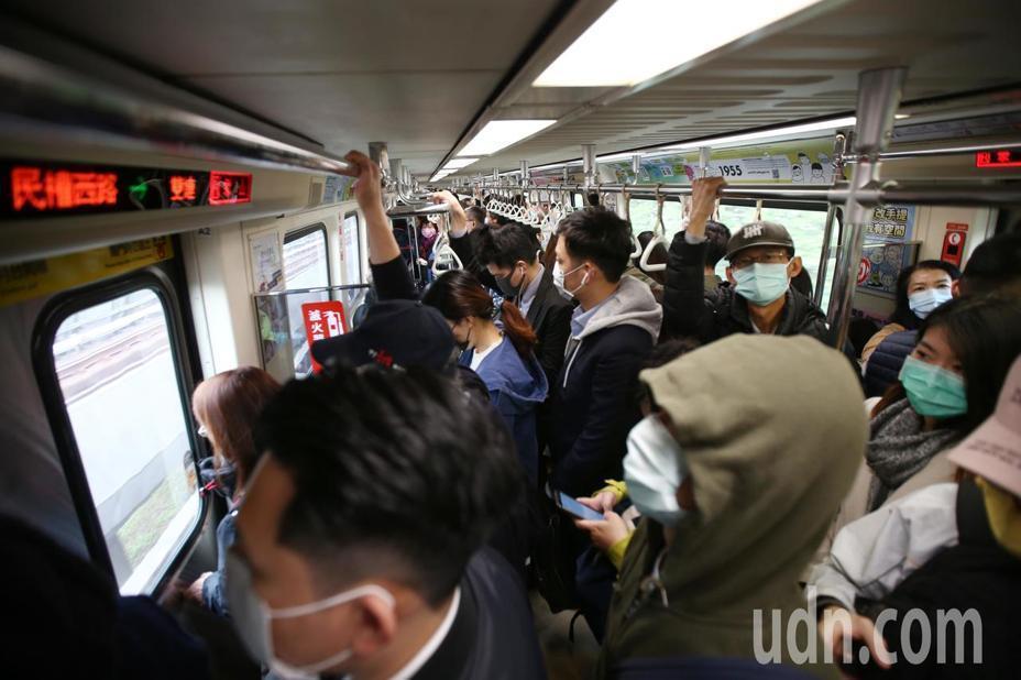 今天是連假後第一天上班日,台北捷運依舊是滿滿的人潮,民眾依規定配戴口罩。記者蘇健...