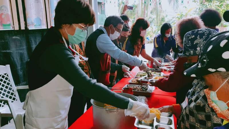 台東縣長饒慶鈴(左)為金峰鄉嘉蘭文健站的長輩們午餐打菜。記者羅紹平/攝影