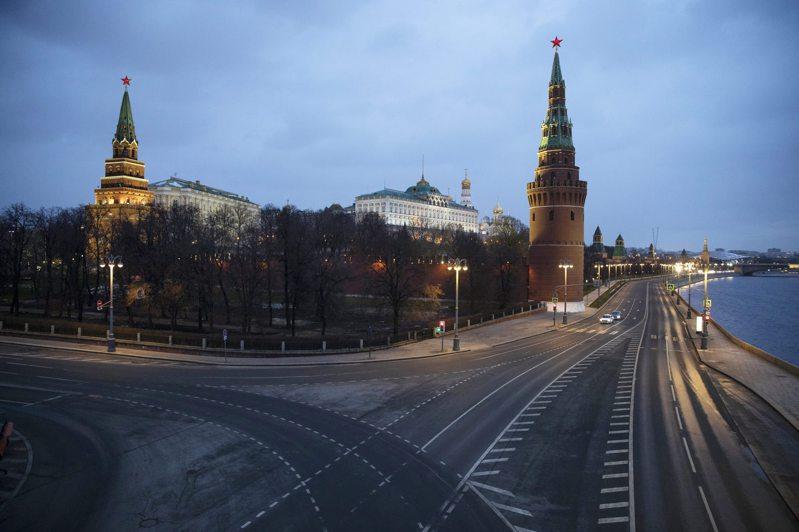 莫斯科從上月開始實施封城措施防堵疫情,圖為克里姆林宮外馬路上空無一人的景象。美聯社