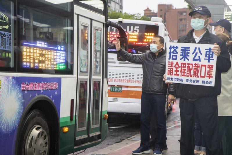 新北市長侯友宜今傍晚在放學時間,關心學生戴口罩搭公車狀況。記者王敏旭/攝影
