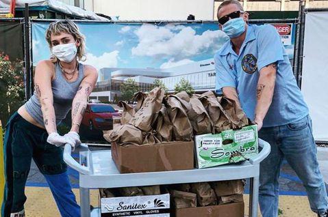 隨著新冠肺炎在歐美地區疫情持續升溫,藝人們也善心不落人後,紛紛出面為醫療人員加油,27歲麥莉希拉與小4歲的男友寇迪辛普森準備了數百個墨西哥塔可餅,2人親自送到各大醫院獻給醫護人員,並感謝他們的辛勞,...