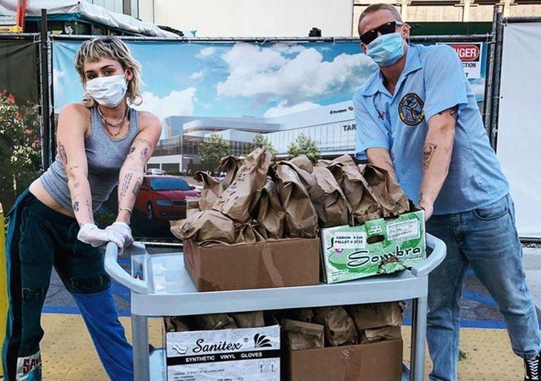 麥莉希拉與男友寇帝辛普森親送物資,獻給前線醫療人員。圖/摘自IG