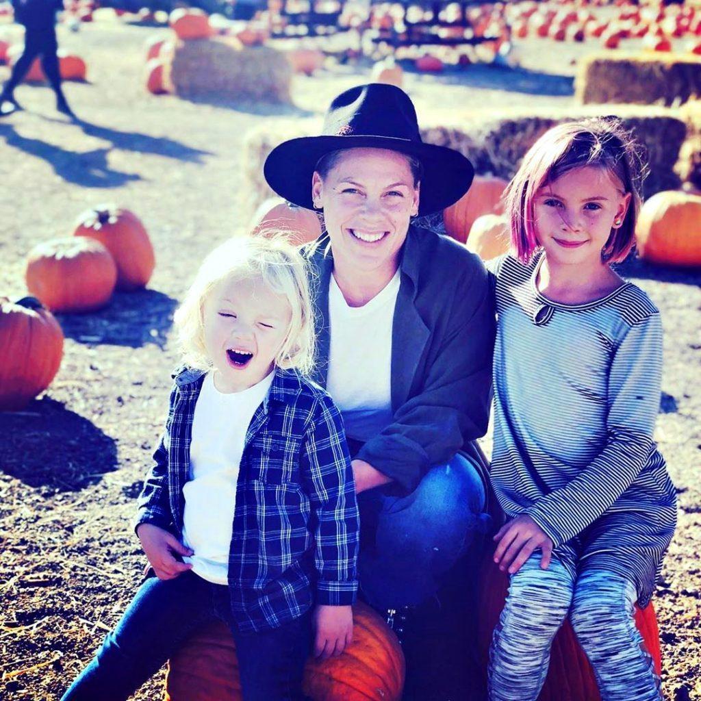 紅粉佳人與3歲兒子詹姆森(左)感染新冠肺炎,目前仍隔離中,8歲女兒薇洛則健康狀況