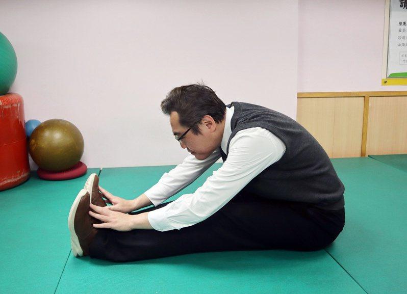 坐姿體前彎,雙肩放鬆,雙手向前伸展延伸至腳尖。