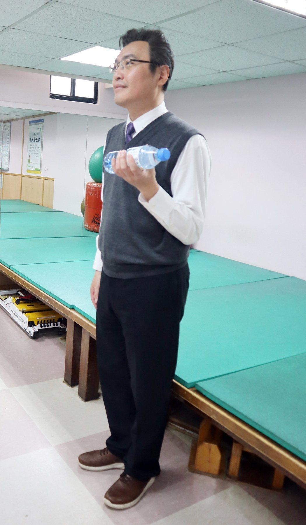 訓練肱二頭肌,雙肩放鬆,單手彎曲,保持手臂貼緊身體,用小手臂將啞鈴向上舉。圖 /...