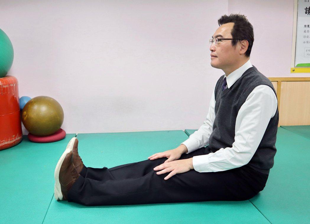 坐姿體前彎預備動作,雙肩放鬆,雙腳併攏,雙手放置於大腿上。圖 / 台北醫院提供