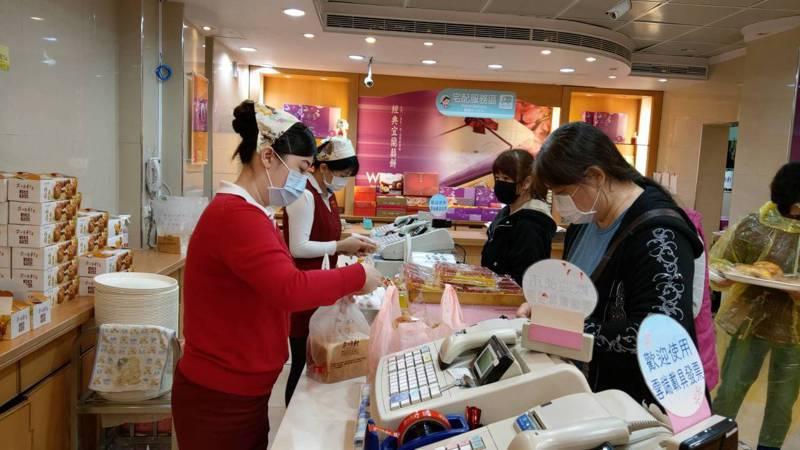 業者防疫自保推出新優惠,只要民眾戴口罩來買麵包,就打9折優惠。記者戴永華/攝影