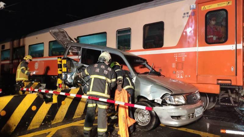 警消人員到場將受困的老翁救出送醫。記者李京昇/攝影