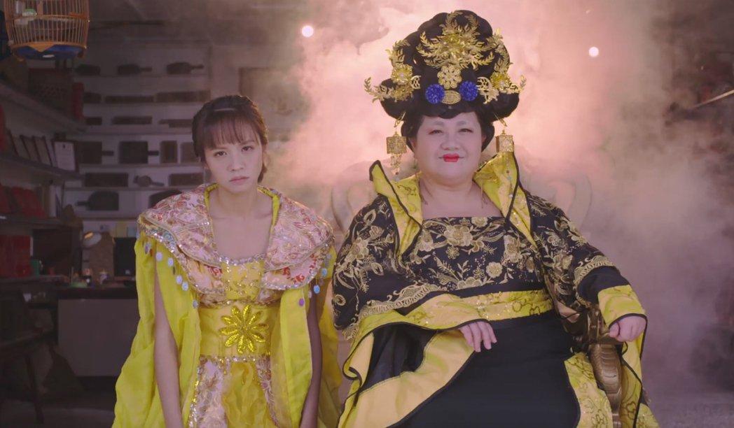 黃姵嘉(左)、鍾欣凌搞笑穿古裝。圖/公視提供
