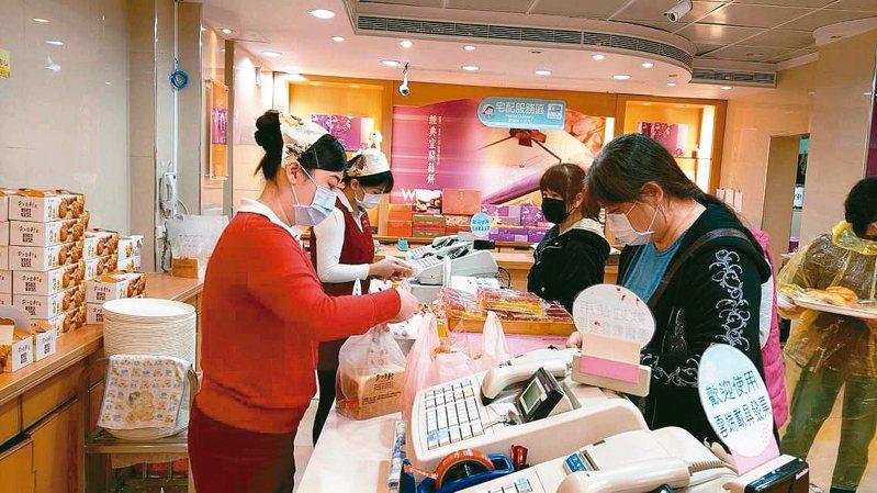 宜蘭知名麵包業者鼓勵民眾「戴口罩、買麵包」,可享9折優惠,讓民眾驚喜配合防疫也有小確幸。 記者戴永華/攝影