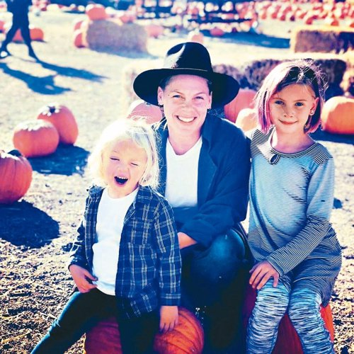 紅粉佳人與3歲兒子詹姆森(左)感染新冠肺炎,目前仍隔離中,8歲女兒薇洛則健康狀況...