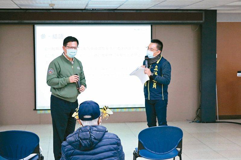 立法委員洪孟楷(右)昨天邀請交通部長林佳龍(左)至林口區公所,討論林口交流道路段改善方案。 記者吳亮賢/攝影