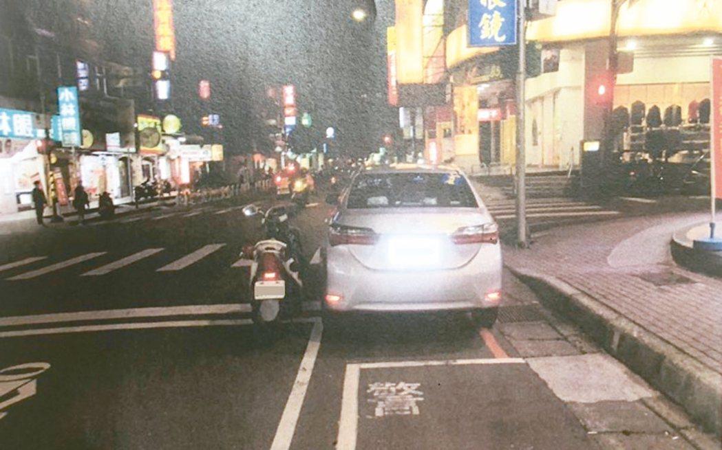 有車主在車牌上加裝反光牌框貼紙遭員警開單舉發,車主認為未遮住車牌號碼提出行政訴訟...