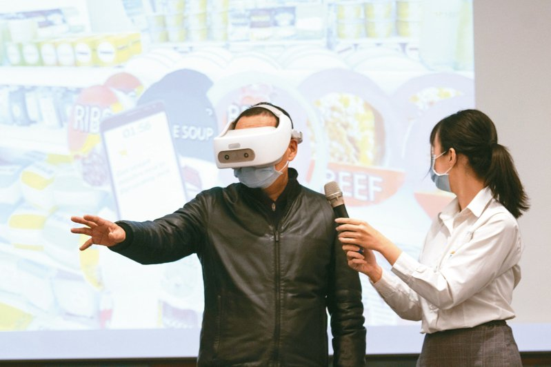 新冠肺炎疫情持續蔓延,新北教育局啟動線上學習,新北市長侯友宜(左)實際透過VR,進行數位英文學習。 記者王敏旭/攝影