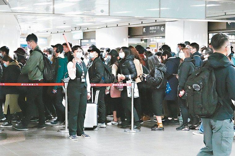 中央流行疫情指揮中心日前呼籲民眾保持社交距離,但台北車站依舊是人擠人。 聯合報系...
