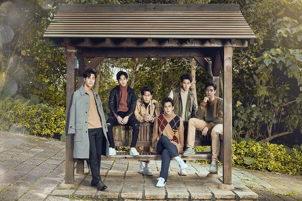 徐謀俊(左)李時剛為「2020因為愛你」拍寫真集。圖/達騰娛樂提供