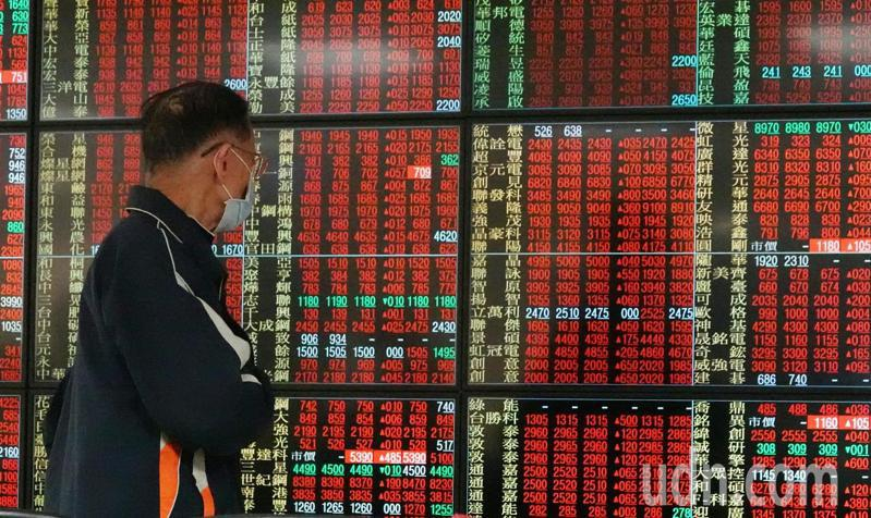 台股今天開盤大漲110點,隨後攻上萬點大關,投資人緊盯走勢。記者杜建重/攝影