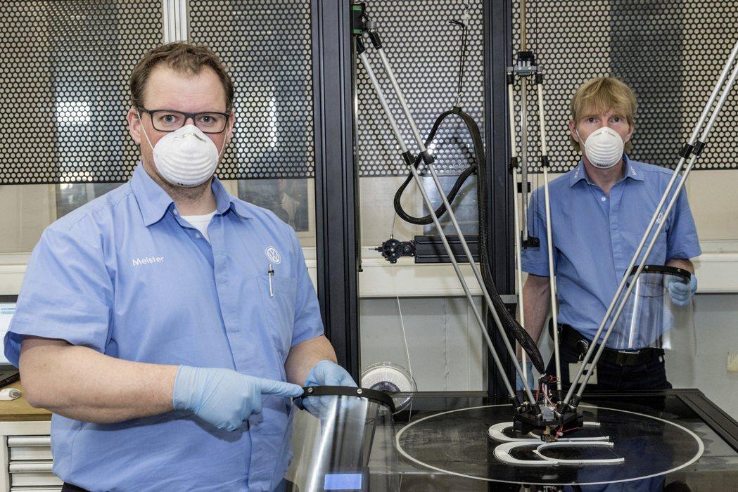 雖然Volkswage宣布歐洲關廠,但生產線員工仍透過3D列印技術生產壓克力防護...