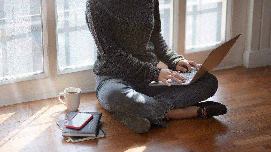 因應新冠疫情擴散影響,有些企業為了避免員工互相感染,已經開始實行在家工作。 pe...