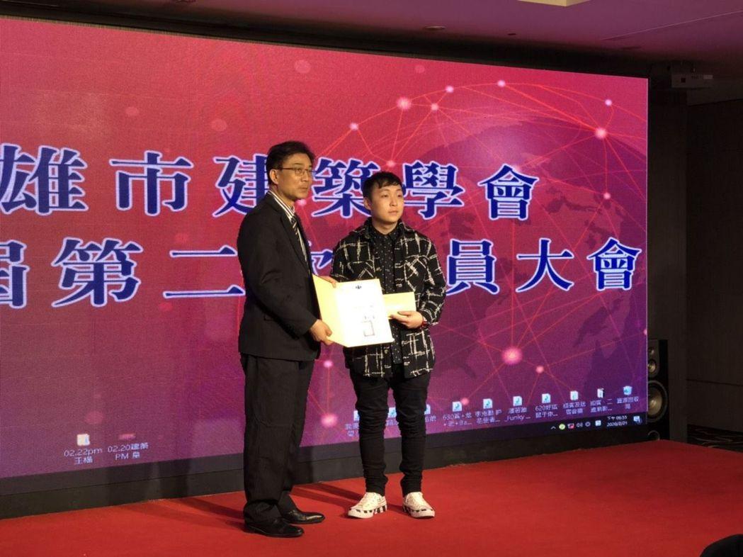 建築系吳致賢同學獲得學生人氣獎 高苑/提供