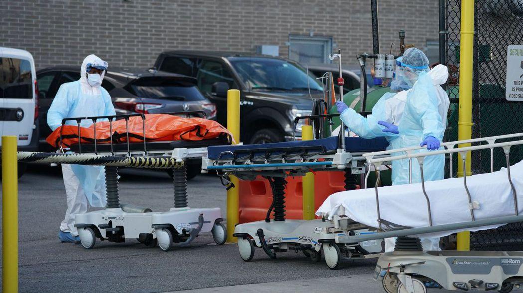 美國新冠肺炎死亡人數在6日突破1萬人,根據紐約時報統計,其中逾4,758死亡病例...