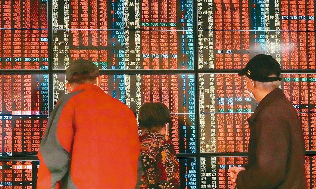 受美股大漲影響,台股7日同步走高,一開盤就漲逾百點,盤中重回萬點大關,盤面紅通通...