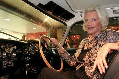 英國老牌女星奧妮布萊克曼(Honor Blackman)曾在007情報員詹姆士龐德(James Bond)系列電影「金手指」(Goldfinger)飾演龐德女郎,家人今天表示,她已辭世,享壽94歲。...