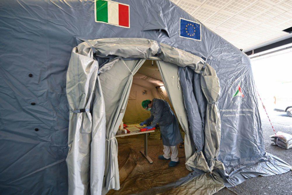 義大利8日通報境內新增542起新冠死亡案例。 法新社