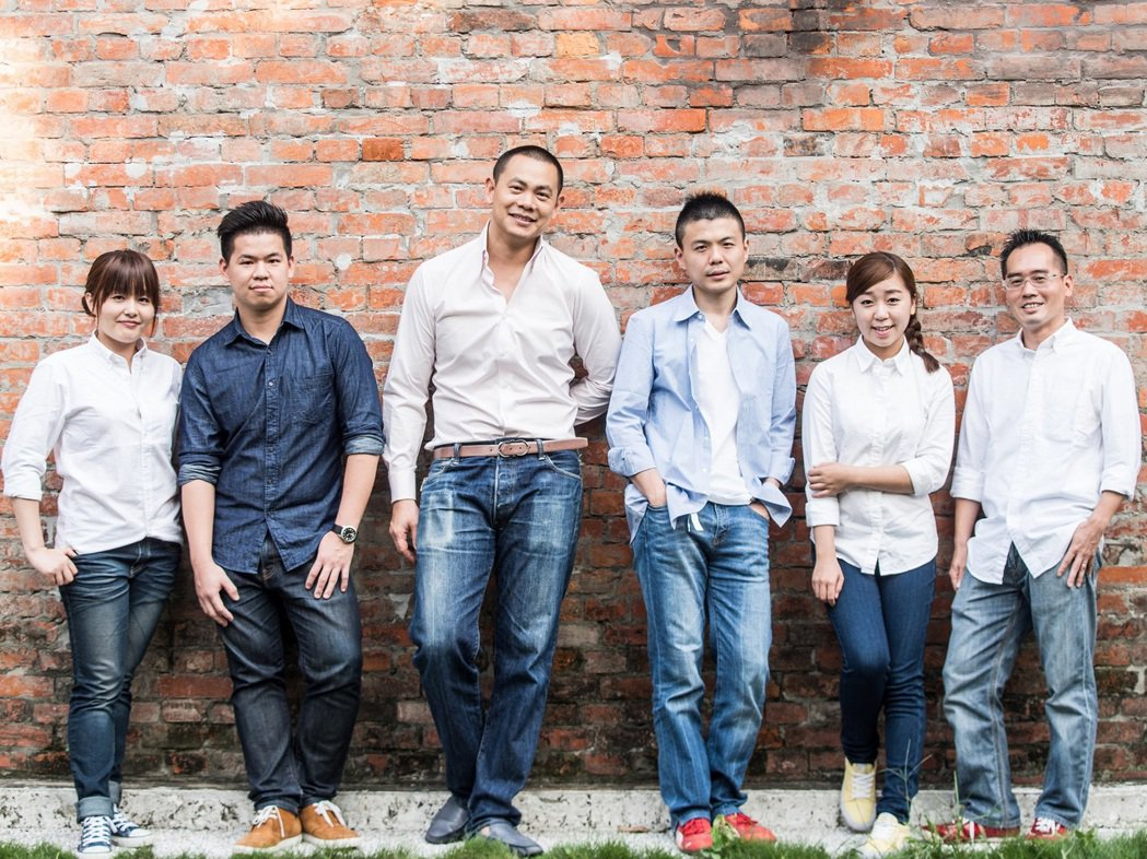 2014年,黃以倫(右三)獲江振誠(左三)之邀一塊進行RAW的籌備。圖/RAW提...
