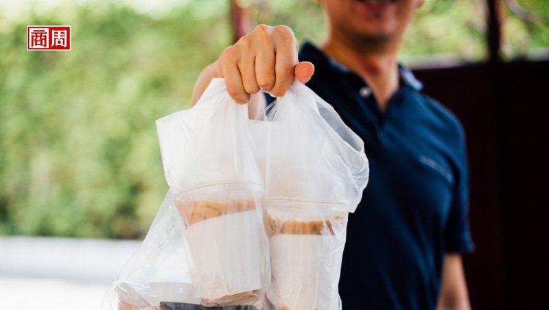 美國部分地區餐廳在疫情期間改做路邊取餐服務,用行動幫助社區和居民一起共度難關。(來源:Dreamstime)