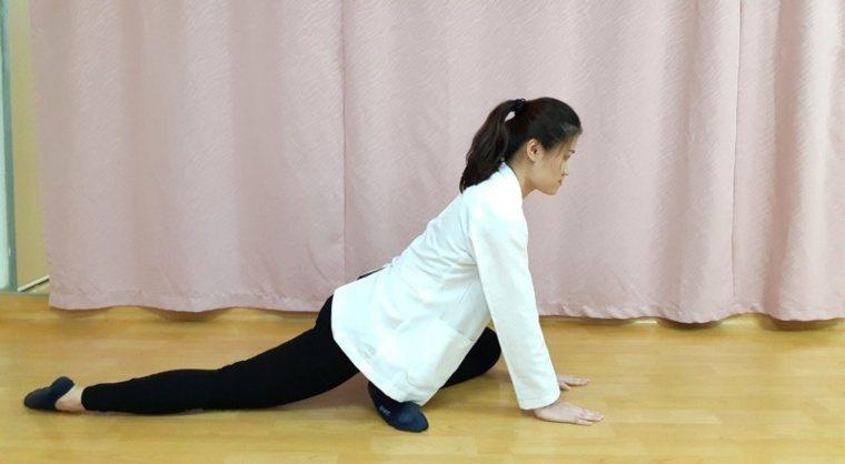 第五招:腰臀伸展運動-準備動作。 圖/大千醫院提供