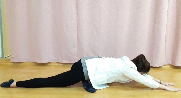 第五招:腰臀伸展運動-雙手緩慢前伸。 圖/大千醫院提供
