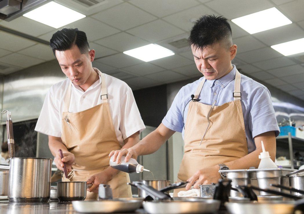 黃以倫一人帶領整個廚房共20多人,每個餐期都宛如戰役。 記者陳立凱/攝影